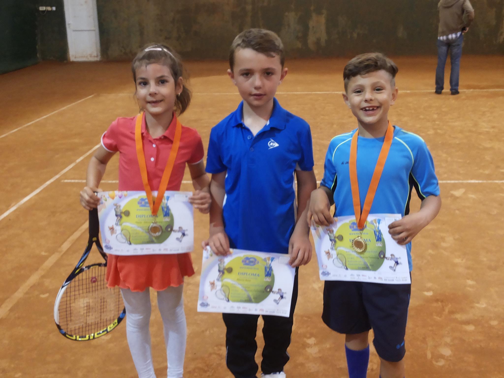 Sportivii din Mioveni, medaliaţi cu aur și argint la competițiile de tenis de câmp