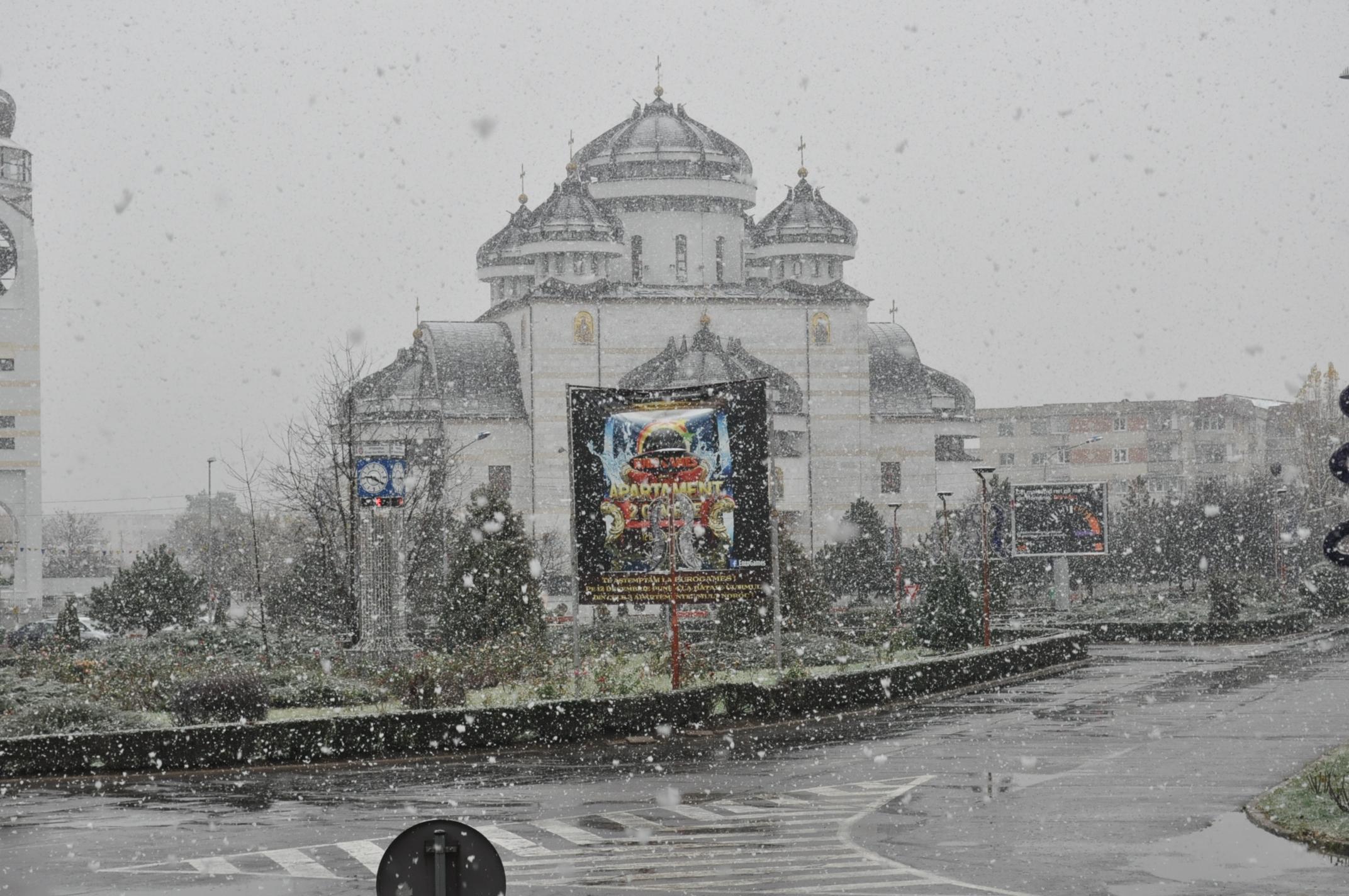 Traficul rutier, în oraşul Mioveni , se desfășoară în condiții de iarnă
