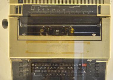 Maşină de scris electronică,  exponatul lunii la Muzeul Municipal Curtea de Argeș