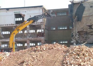 Se demolează o clădire importantă din Piteşti