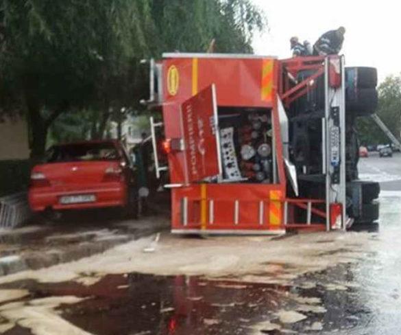 ACUM ÎN PITEȘTI! Mașină de pompieri răsturnată