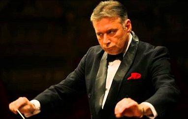 Dirijorul Mădălin Voicu la pupitrul orchestrei simfonice a Filarmonicii Piteşti
