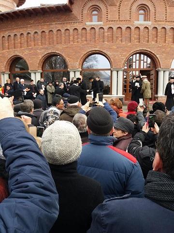 Sute de oameni, la parastasul de 40 de zile de la moartea regelui Mihai I de la Curtea de Arges