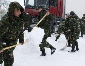 militari la lopata